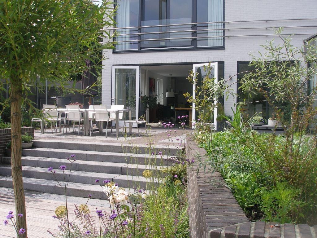 Bij tuinen spreken we tegenwoordig van een moderne tuin als er strakke geometrische vormen en lijnen worden gebruikt. Op zoek naar inspiratie op het gebied van moderne tuinen? Bekijk TuinTuin.nl.