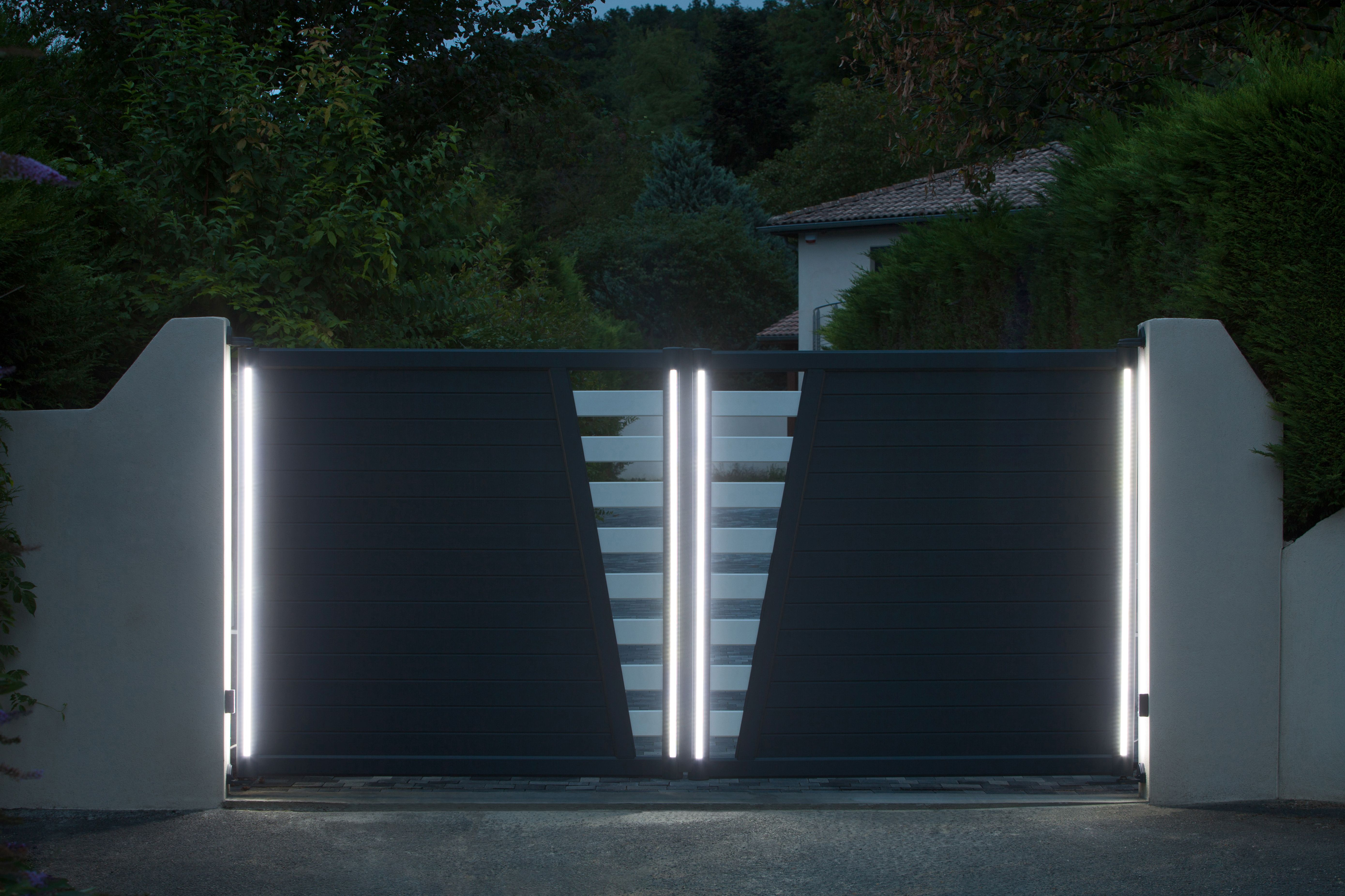 Portail battant led pour un effet saisissant portails et portillons battants construction for Portail un battant