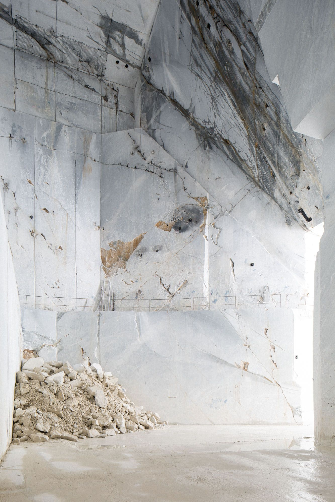 Entrance from the inside  Carrara marble quarry © Frederik