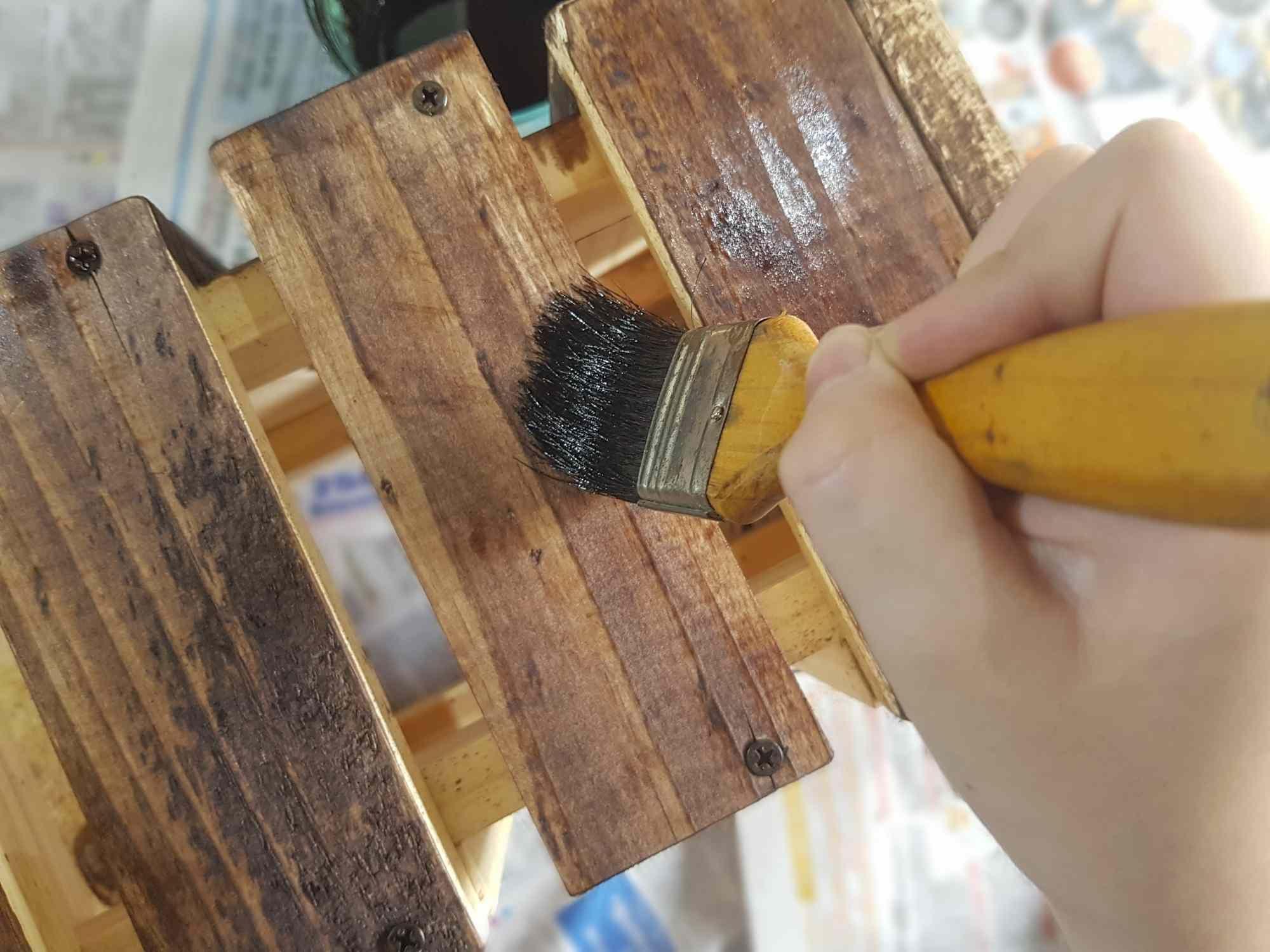 Barnizar Un Mueble De Madera Paso A Paso Cedar Furniture Staining Cedar Wood Staining Wood