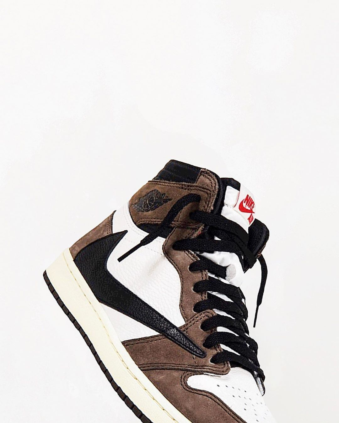 La Air Jordan 1 Retro High Travis Scott Cactus Jack Est Disponible Sur Wethenew Com Airbjordan W Sneakers Hummel Sneaker Air Jordans