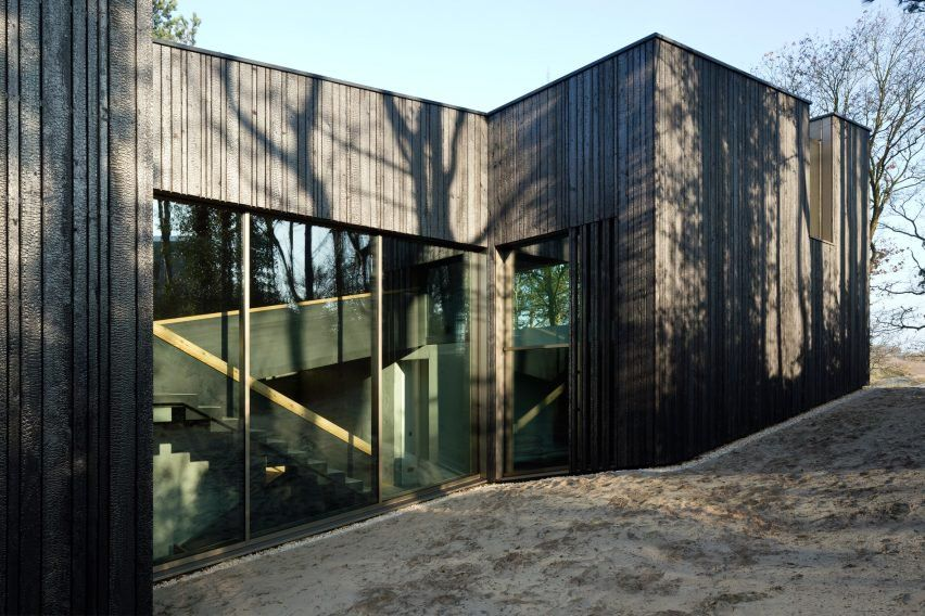 This building's design aims to create a dialogue with its surroundings, both through the way the form and materials engage with the landscape, and through the use of glass to provide views out from and into the house.