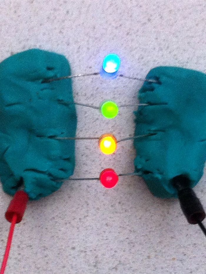 Play dough circuits 2: experiment with electricity (Surfing Scientist)