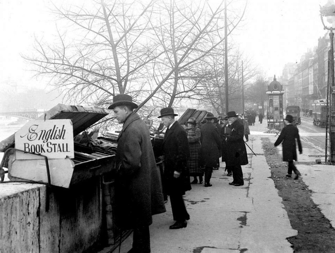 Roger-Viollet - Bouquinistes près du pont des Saints-Pères, Paris, 1920.