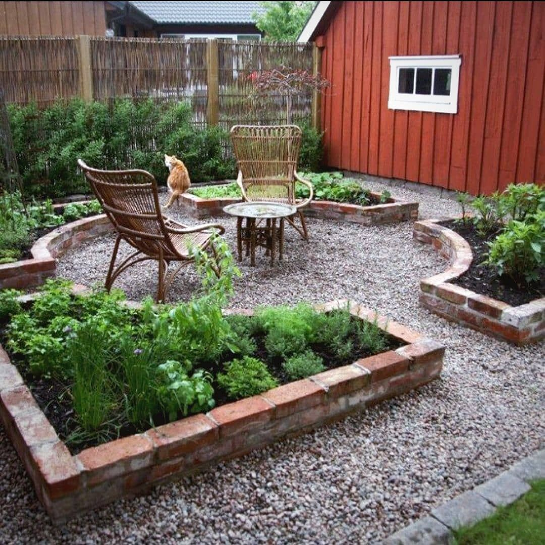 I luv this formal layout of raised garden beds. The chunky