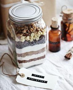 un mix brownie posé dans un pot, idée délicieuse de cadeau de noel a fabriquer