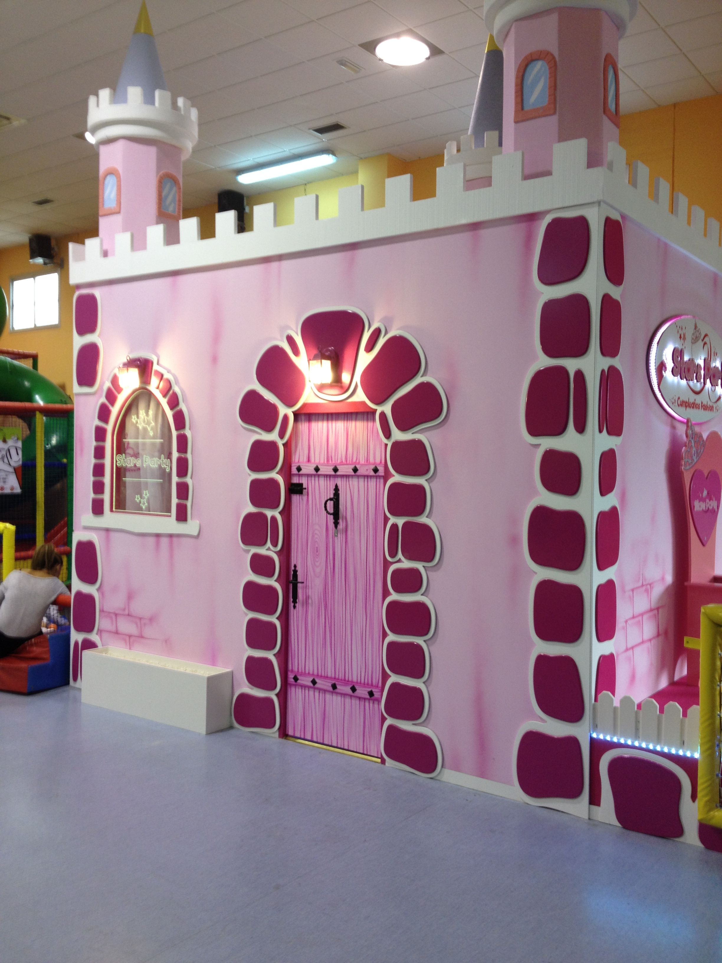 Castillo de princesas para ni as en el parque infantil for Decoracion de parques