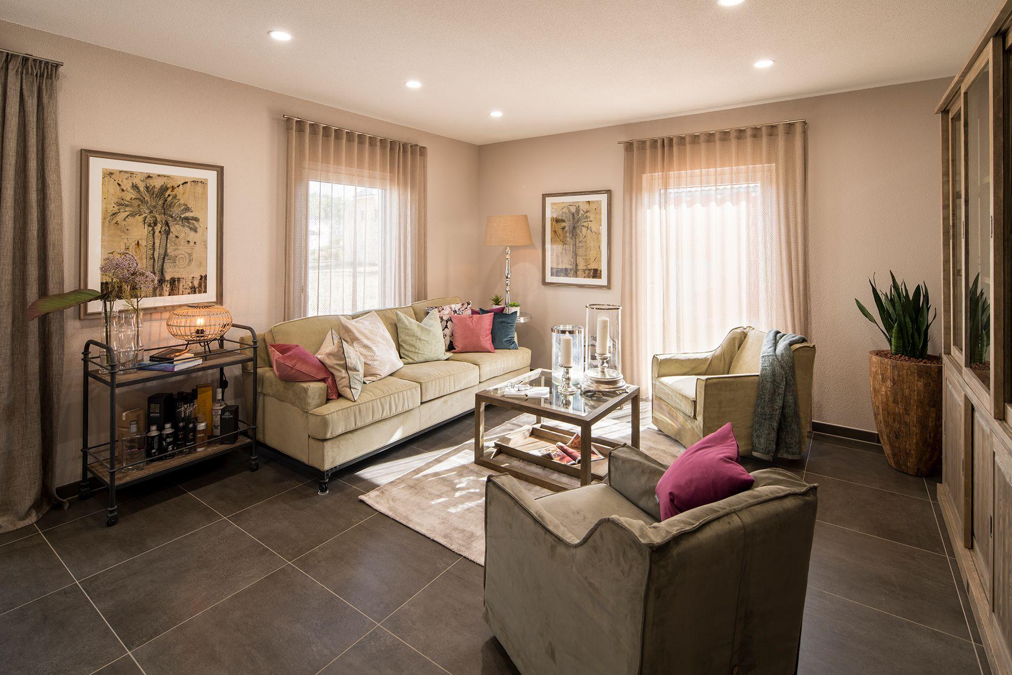 Wohnideen - Wohnzimmer mit bodentiefen Fenstern und Fliesen in
