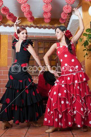 mujeres y hombre en flamenco tradicional vestidos de baile durante la feria de abril de abril España