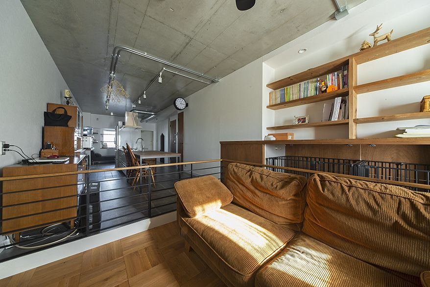 アイアンのペットゲージやフェンスで 生活空間をさりげなく分けたリノベーション むき出しの天井やシルバーのダクトレールなどインダストリアルな雰囲気の部屋に 人とペットが安らげるアイデアを加えています リノベーション 部屋 自宅で
