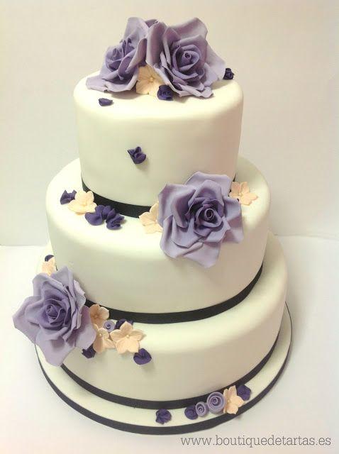 tarta de boda con flores violetas