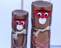 Singe de bois Vintage poupée Kokeshi Boy et Girl paire signée par la main de l'artiste peint des années 1960