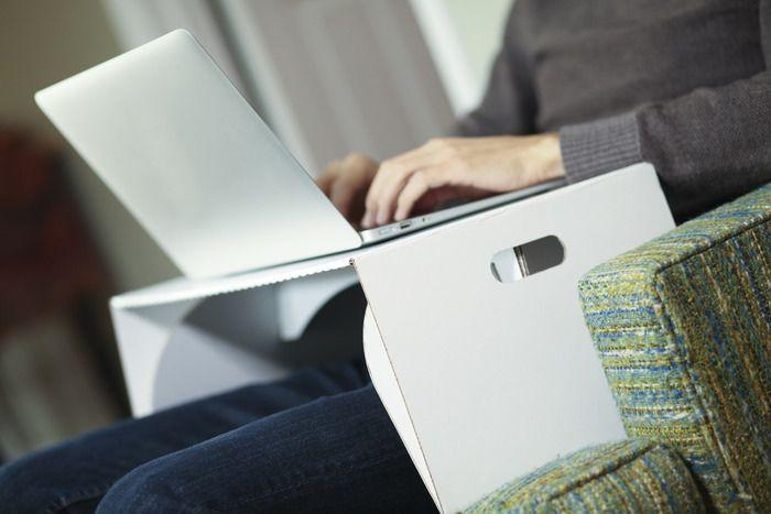 Laptop Tafel Bank : Je zit met je laptop onderuit op de bank zit nog even te surfen