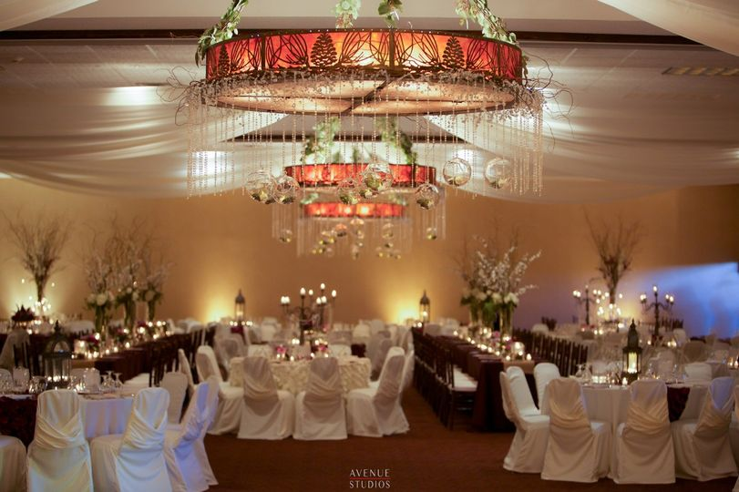 Stoney Creek Hotel Conference Center Moline Venue Moline Il Weddingwire In 2020 Wedding Catering Candlelit Table Bridal Expo