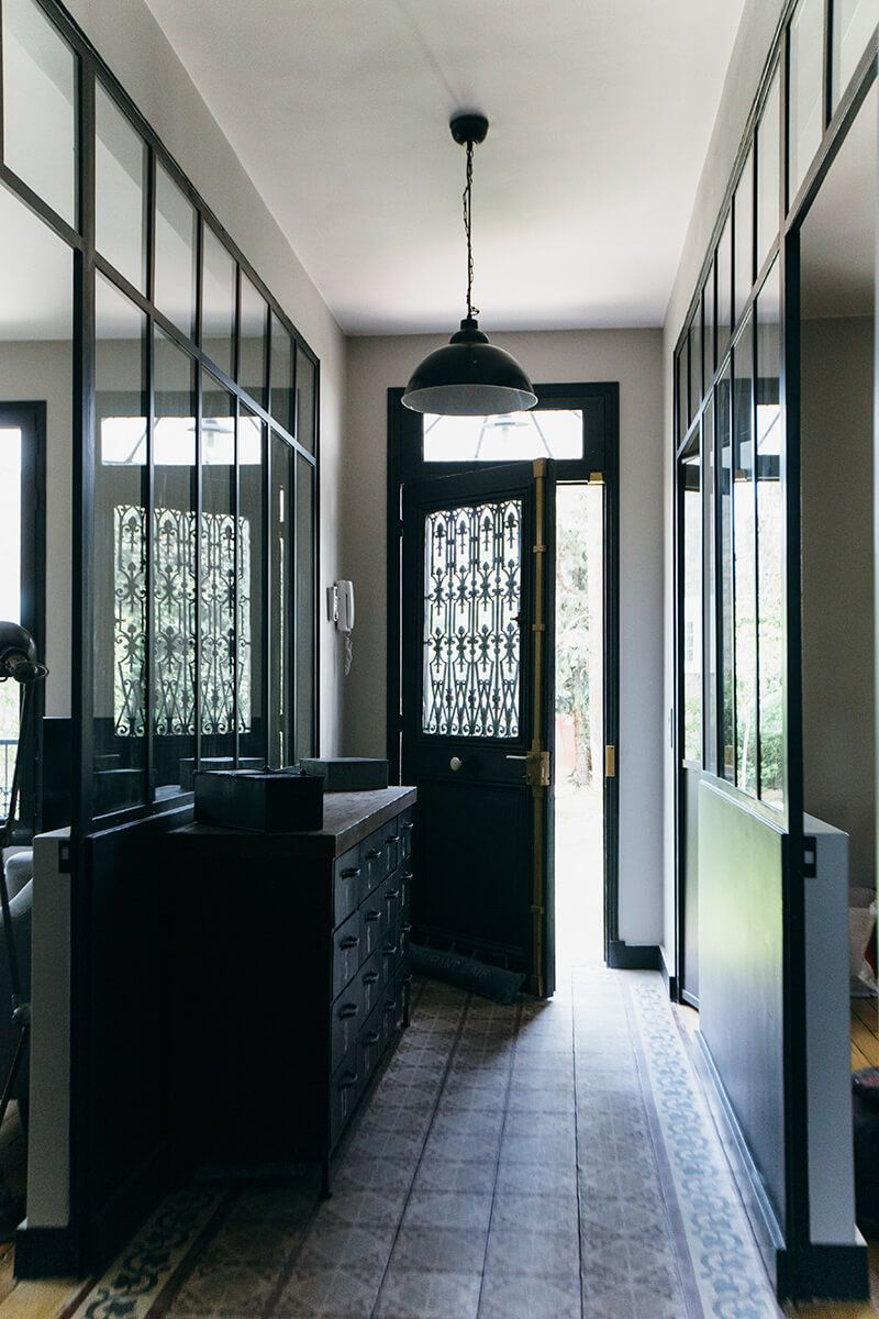 Espace Entre Porte Et Carrelage nuances de bleu & style industriel   entrée maison, maison