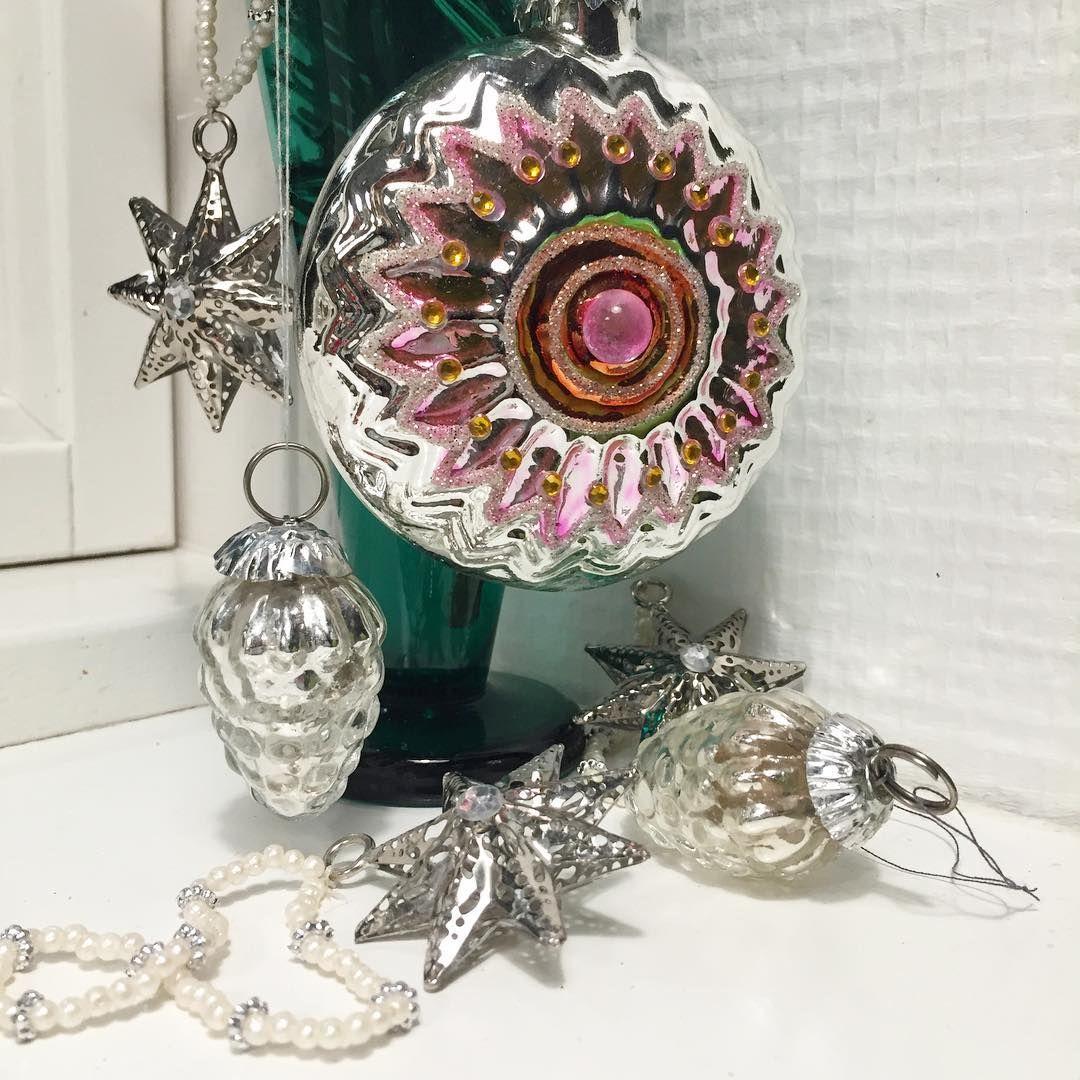 Blandet lot juletræspynt 🎄1 stor glaskugle, 2 små glaskogler og 3 stjerner i metal med perlesnor - samlet 45,- #juletræspynt #julekugler #julepynt