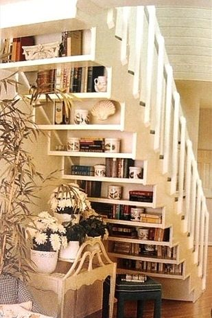 Display your book collection under the stairs Libros