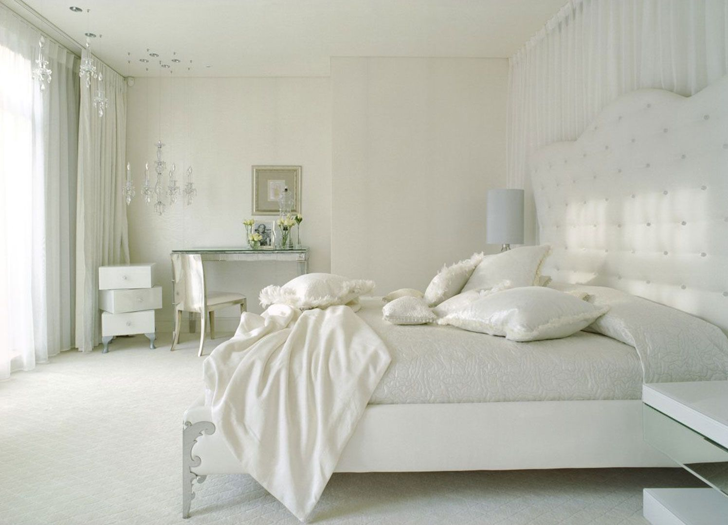 a white bedroom design is usually the first choice, a smart choice