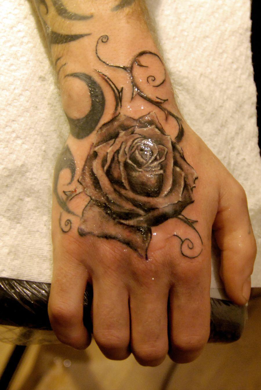 Belle rose noir tattoo sur la main Tatouage rose