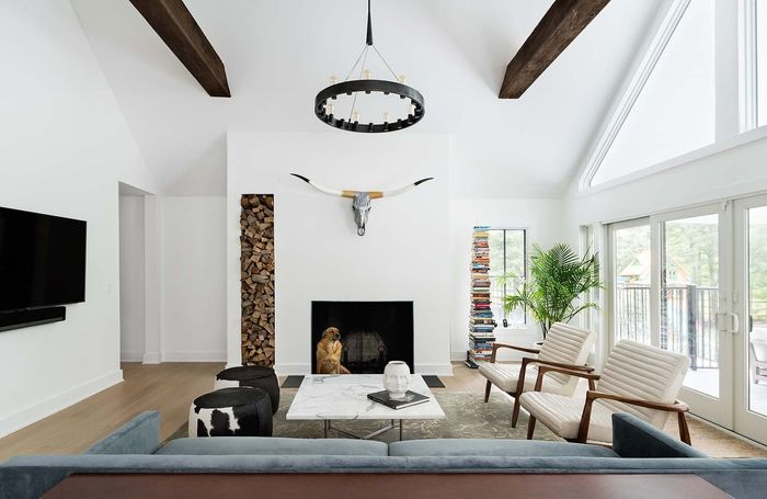 Wohnzimmer im Landhausstil einrichten, Hirschkopf an der Wand - einrichtungsideen wohnzimmer landhausstil