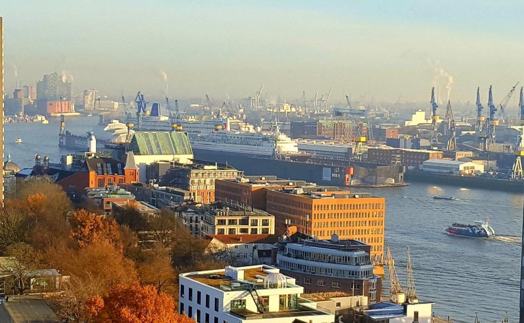 Wunderbare Sicht Auf Hamburg Und Die Elbe Aus Einer Wohnung In Hamburg Altona Altstadt Hamburg Elbe Wohnen Hamburg Altona Altstadt Hamburg
