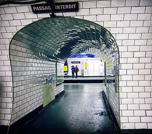 Manapsag Az Egyik Legkedveltebb Burkoloanyag A Metrocsempe A Menos Megrendelok Is Gyakran Valasztjak Ezt A Csempetipust Paris Metro Metro Tiles Space Place