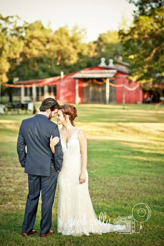 Bride and groom wedding photo ideas | fabmood.com #navyblue #navybluewedding #brideandgroom #weddingphotos #literarywedding
