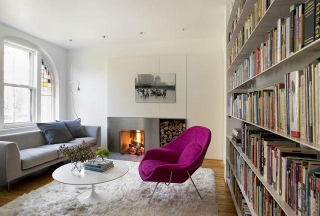 flokati teppiche weiß wohnzimmer kamin violett sessel bücherregal