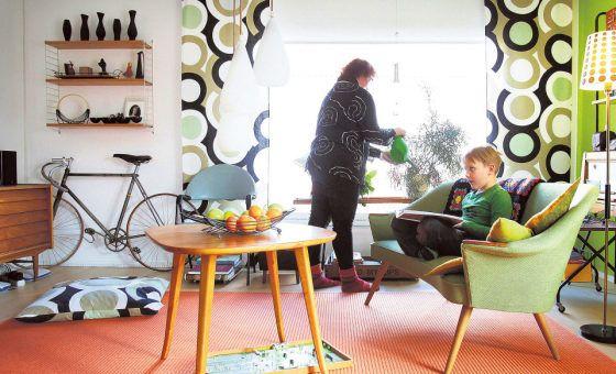 Jaana Tuomiston ja Seppo Aapron koti on sisustettu menneiden vuosikymmenten kirpputoritavaroilla.