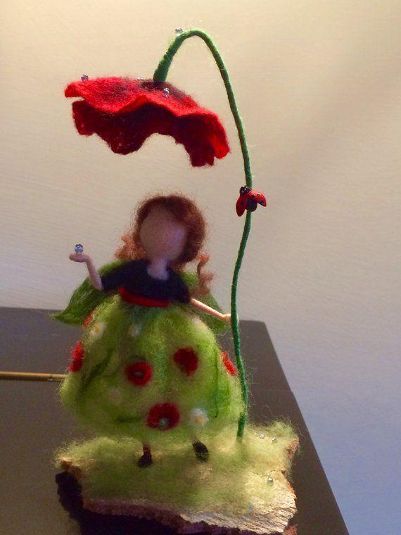 Nadel gefilzt Fee, Waldorf inspiriert, gefilzte Fee, Wollfee, grünes Kleid, roter Mohn, Kunstpuppe, weiche Skulptur, Puppe Miniatur, Geschenk
