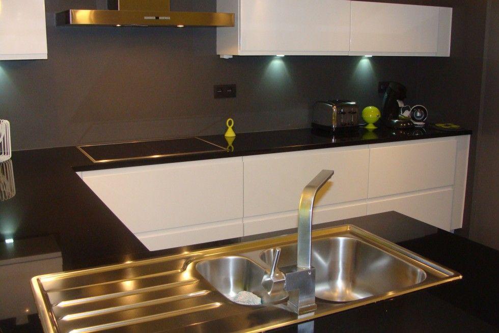 cuisine laqu e blanche plan de travail granit noir cuisine pinterest plan de travail. Black Bedroom Furniture Sets. Home Design Ideas