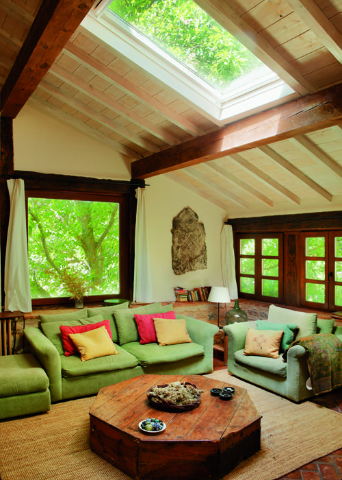 Una gran sala de estar para juntarse con familia o amigos for Terminaciones de techos interiores