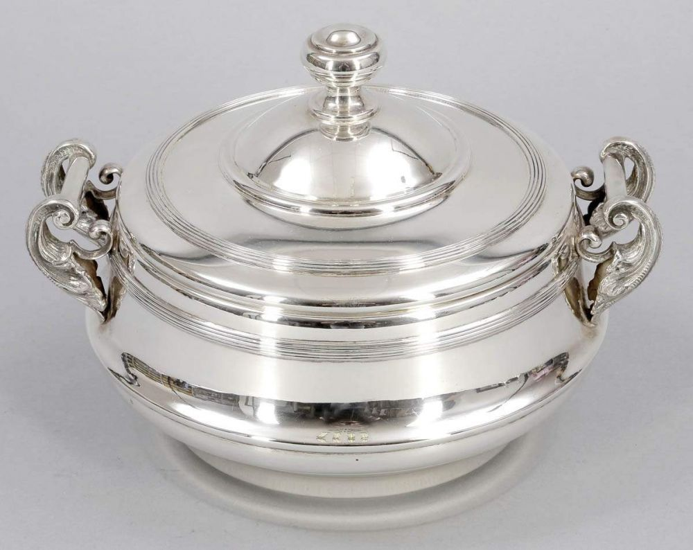 Deckelschale für Kaviar925er Silber. Punze: Herst.-Marken, 925. H. 18 cm. Gew.: 1380 g (ohne Glas). — Silber