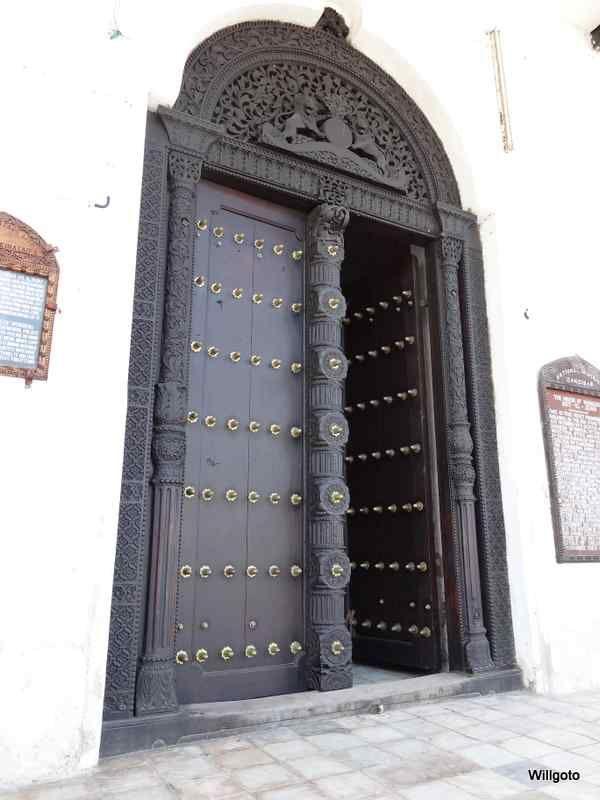 Porte d 39 entr e de la maison des merveilles mus e national de zanzibar stone town grande - Grande porte d entree ...