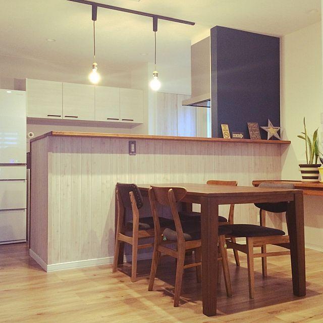 女性で 4ldkの対面キッチン ダイニング 板張り 黒板クロス ネイビー ホワイト ペンダントライト などについてのインテリア実例を紹介 この写真は 2016 11 03 07 38 40 に共有されました リビング キッチン キッチンデザイン インテリア 家具