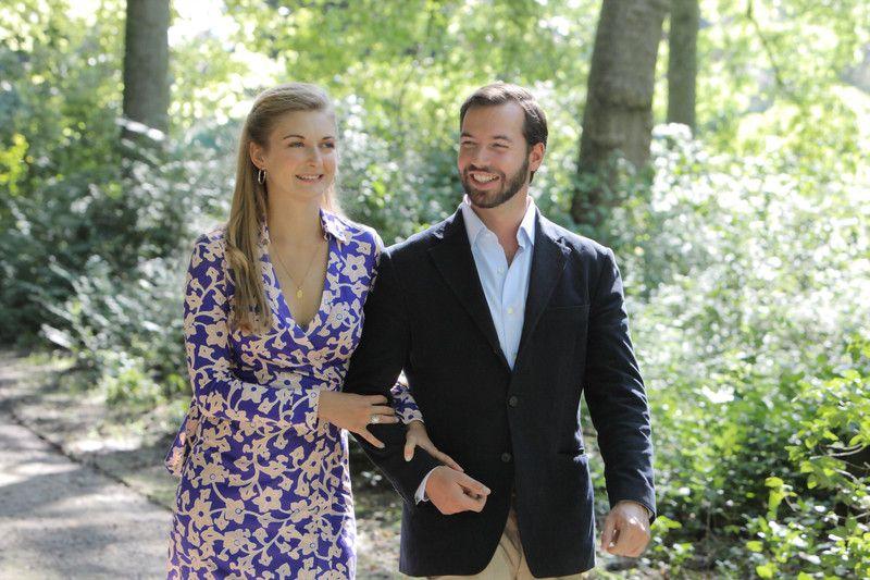 S.A.R. le Grand-Duc Héritier et la Comtesse Stéphanie de Lannoy dans le parc du Château d'Anvaing dans la province du Hainaut en Belgique