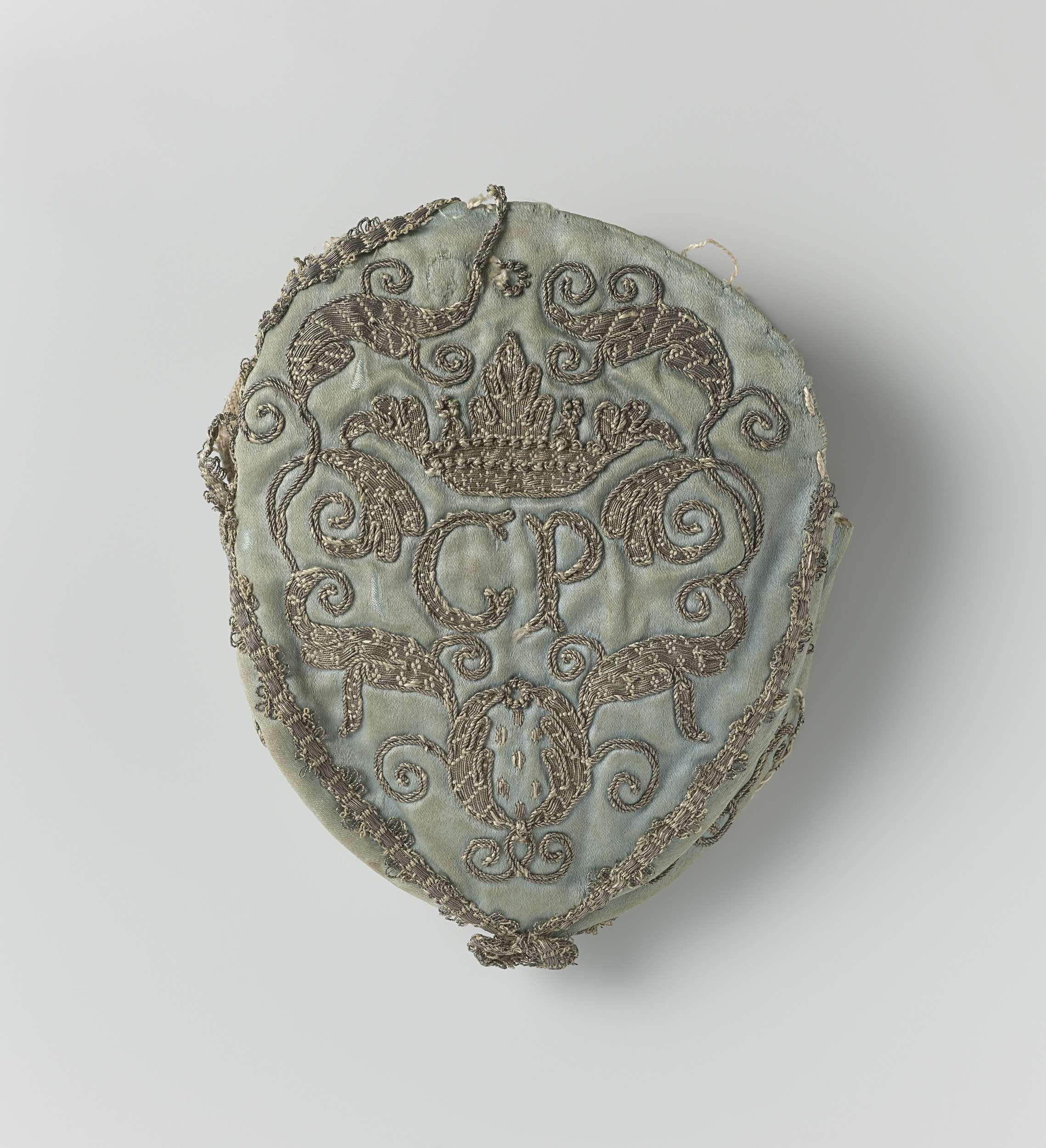 Tas van lichtblauwe zijde, met zilverdraad geborduurd, letters C P waarboven een kroon, omgeven door ornamenten, anonymous, c. 1700 - c. 1800