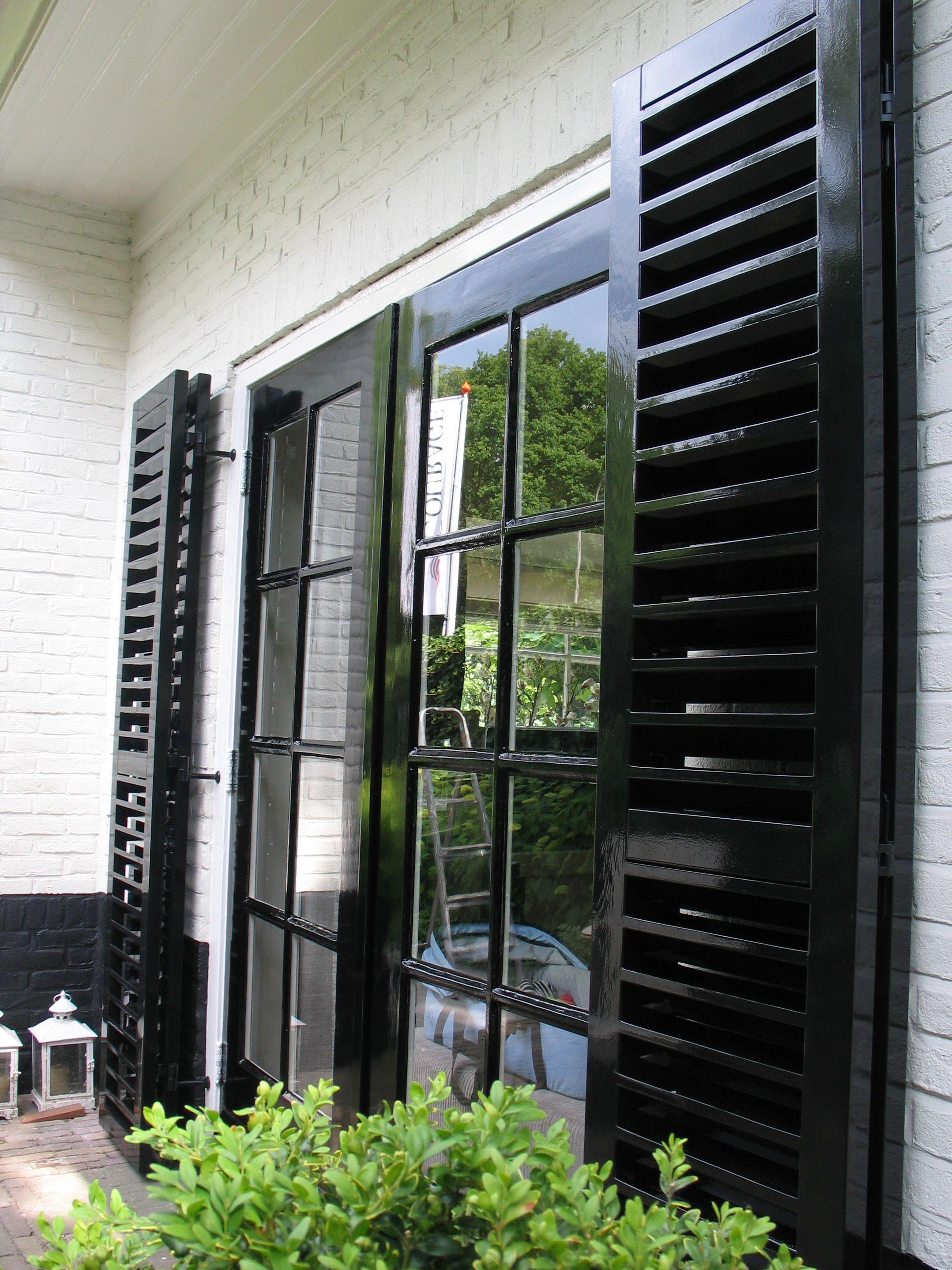 vouwluiken voor de tuindeuren zwarte shutters Buitenkant