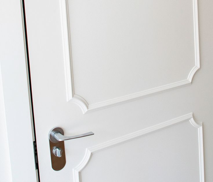 Detail of a beautiful classic door in white lacquered | Customized design for project