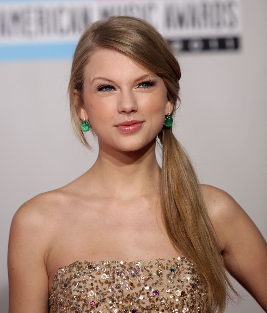 Taylor Swift S Perfect Skin Makes You Wonder How Does She Do It It Makes Me Wonder If Its Natural Or Does She Work At It Girl Hairstyles Beauty Flawless Skin