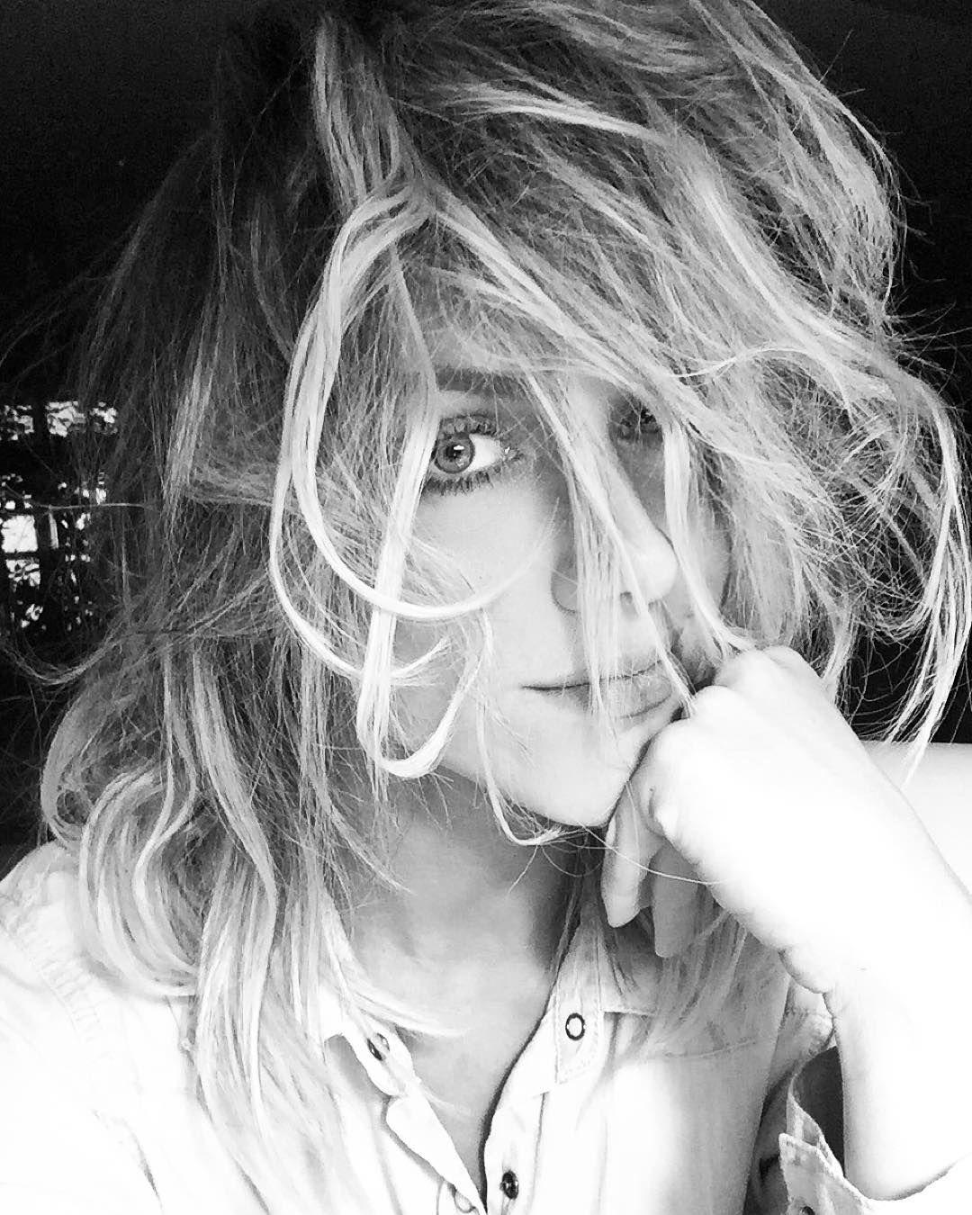 Acho que vai ser bem facil tirar esses nós que se formaram nos meus cabelos depois  que @rennersouza encheeeeu de spray kkkkkk...vou dormir assim mesmo e amanhã vejo oq faço  #boanoite #boasorte #forcanaperuca #ninhodemafagafo by gio_ewbank