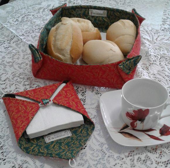 Cesta de pães e porta guardanapo em tecido vermelho e verde.Ideal para decorar sua mesa no Natal.