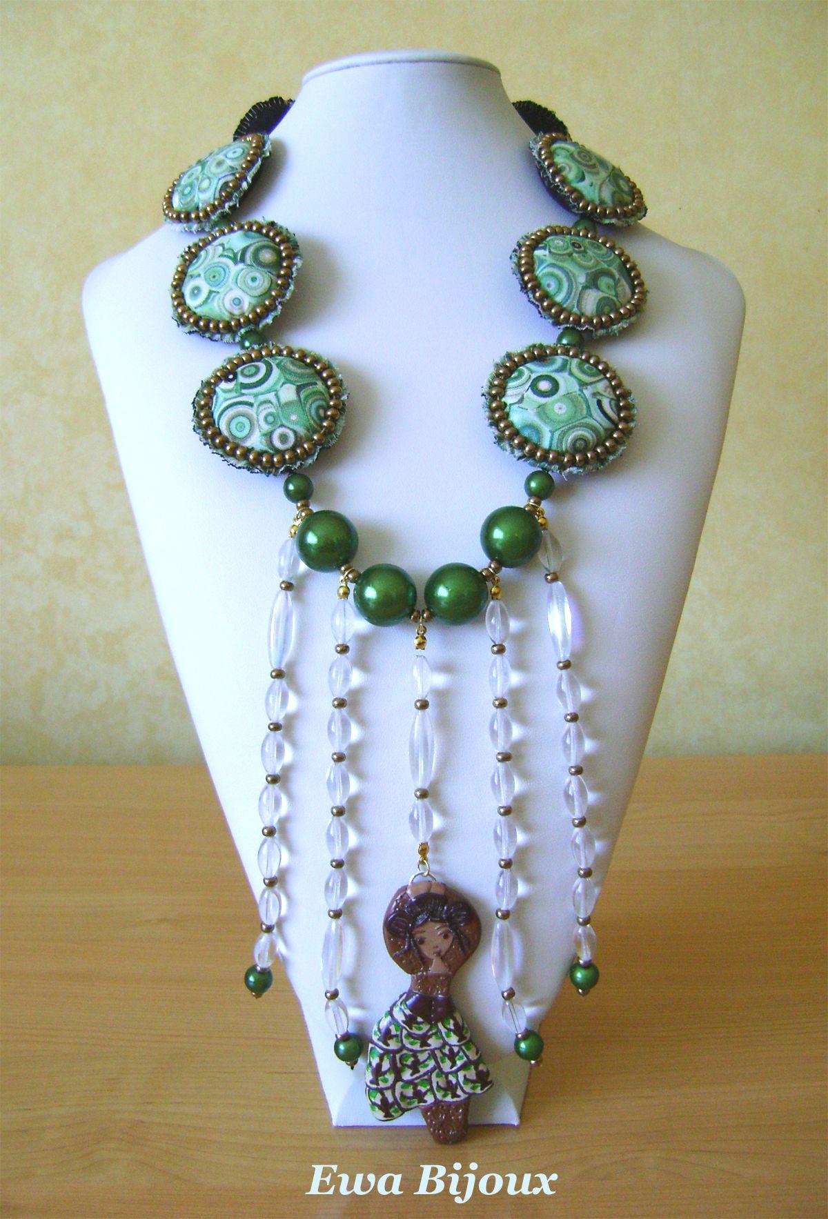 Collier avec pendentif en pâte polymère, avec perles en verre, perles synthétiques et médaillons en tissu.