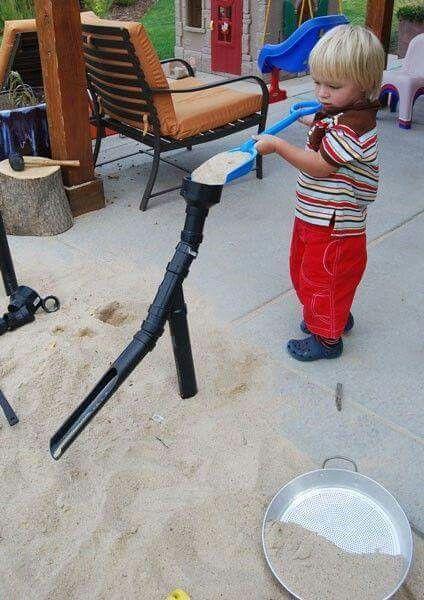 Relativ Super Idee für den Sandkasten. Einfach ein PVC-Rohr aufstellen und LN48