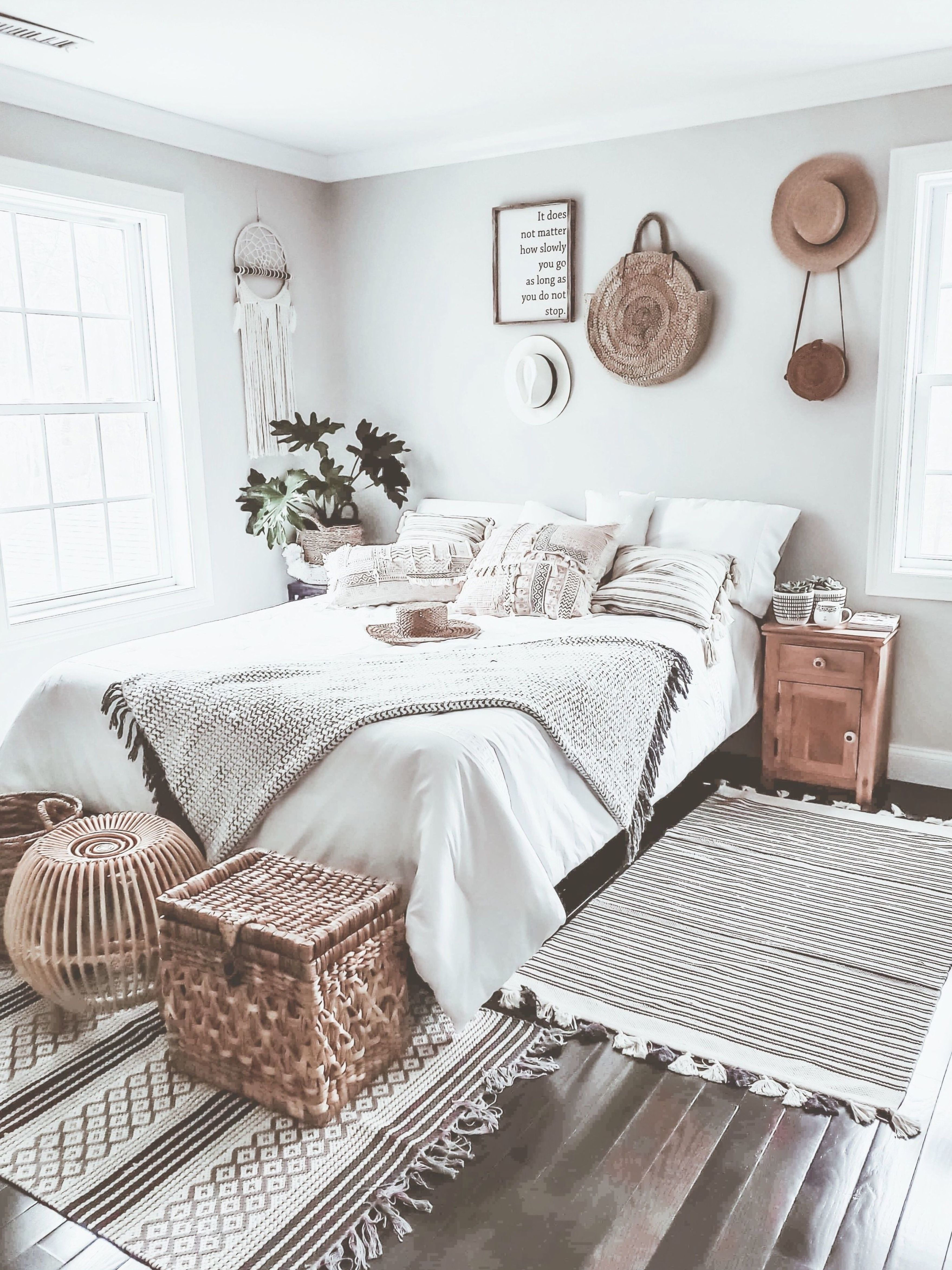 Best Boho Chic Bedroom Love The Simple Black And White Color Scheme Luxe Bedroom Chic Bedroom 400 x 300