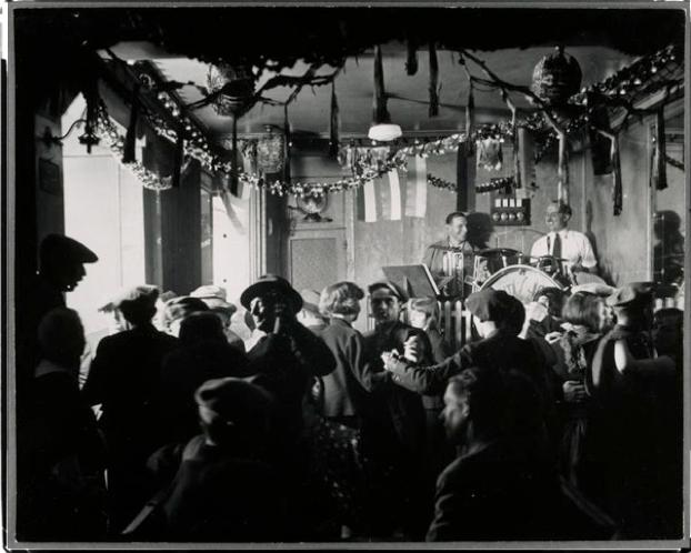 ©Brassaiï - Le Bal des Quatre-saisons, rue de Lappe, vers 1932 http://lalaveriegalerie.wordpress.com/2013/12/04/brassai-ou-loeil-de-paris/