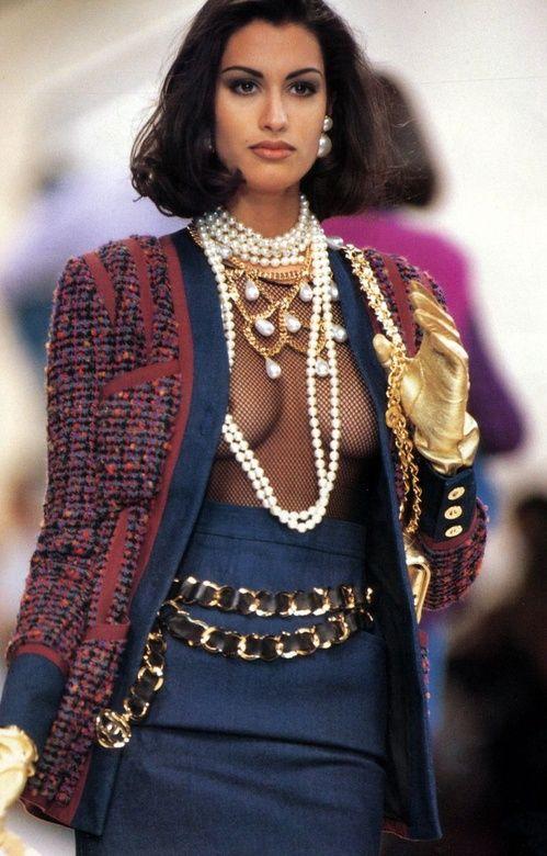 Yasmeen Ghauri au défilé Chanel, colliers perles