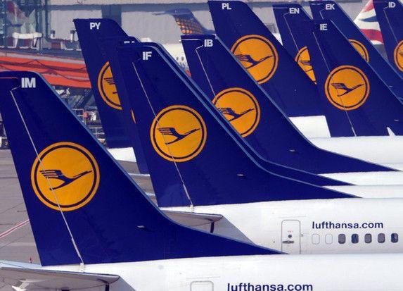 Geparkte LufthansaMaschinen auf Flughafen Düsseldorf