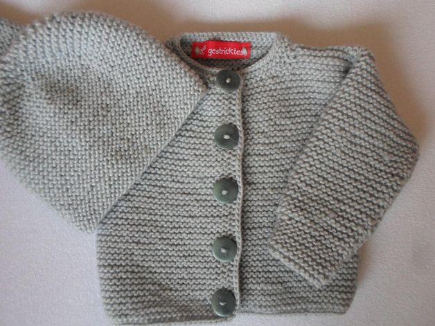 Für die Kleinsten nur vom Feinsten. Diese schöne Babyjacke ist aus kuscheliger weicher Wolle gestrickt. Sie ist ca.26cm lang und ca.25cm breit und wird mit 5 niedlichen Knöpfen geschlossen. Die...