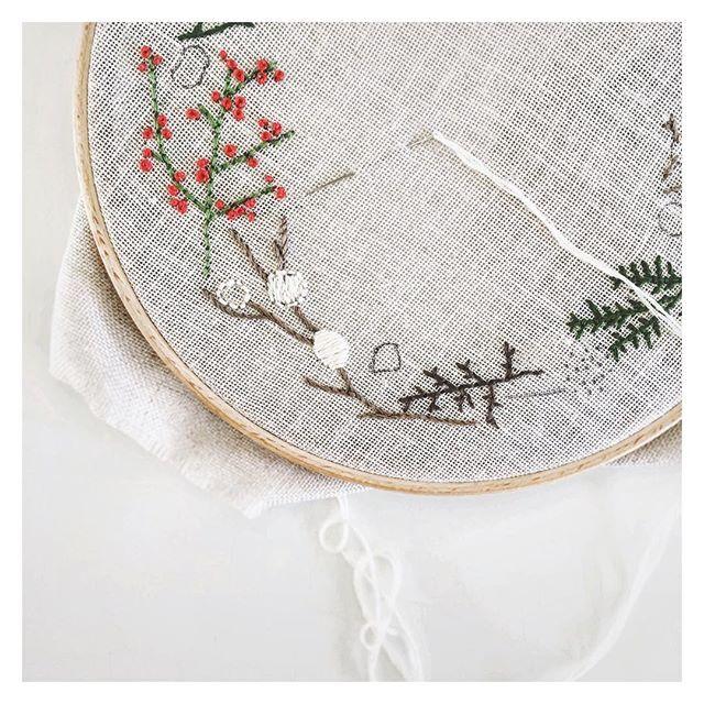 Satin-stitch in progress ✂️🔥 1️⃣ back-stitch outline 2️⃣ fill with split stitches 3️⃣ satin stitch over. #satinstitch #embroidery #handembroidery #wreath #winterwreath #embroideredwreath #ihavethisthingwithtextiles #craft #embroideryart #embroideryloop